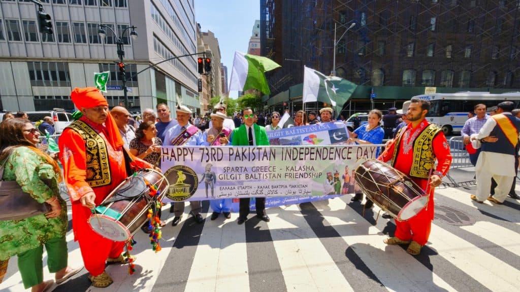 Λάκωνες με Καλάς και Βακτριανούς στην παρέλαση ανεξαρτησίας του Πακιστάν